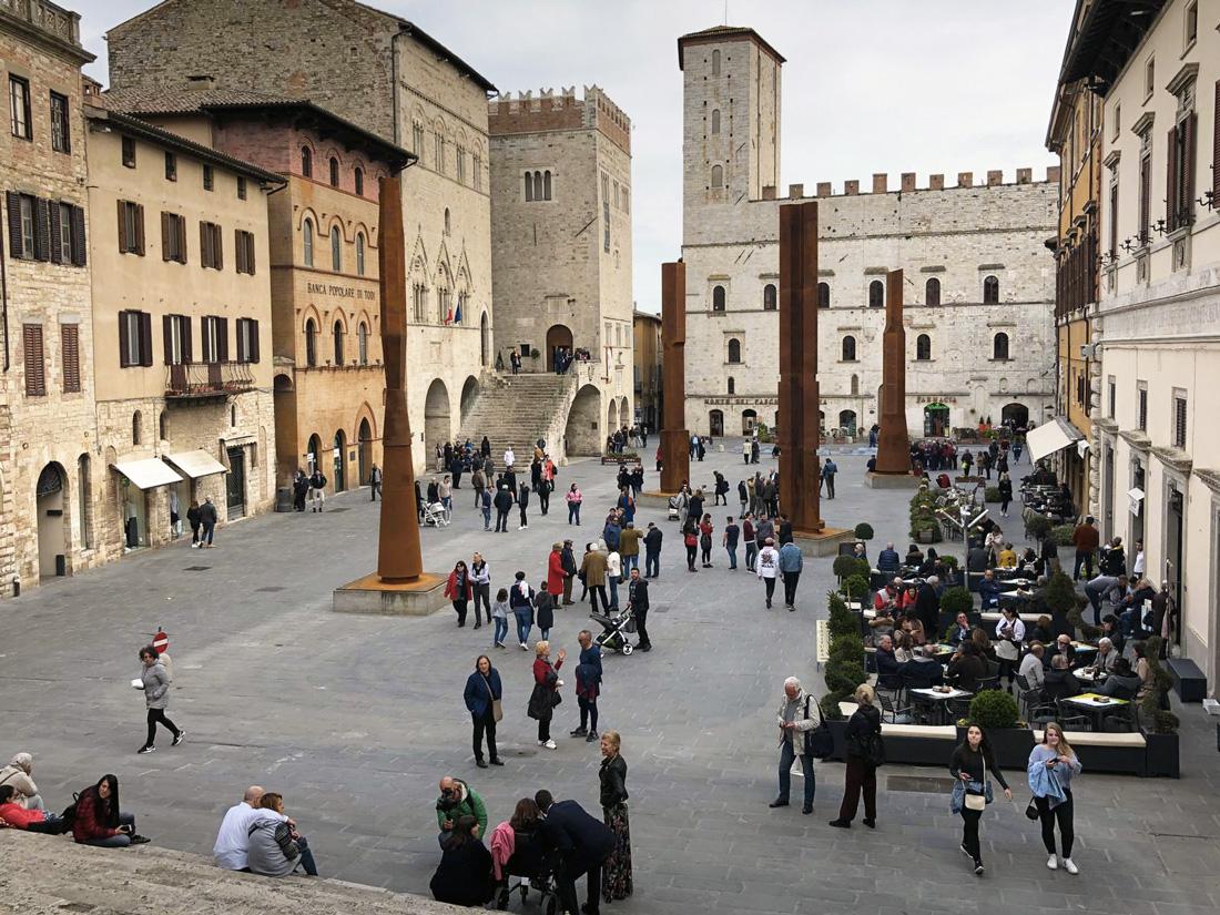 le todi columns in piazza del popolo a todi